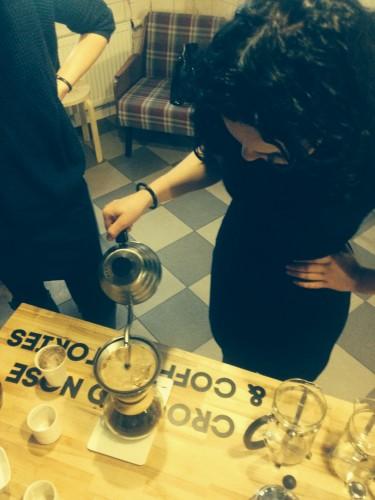 Ponia Urtė daro kavą