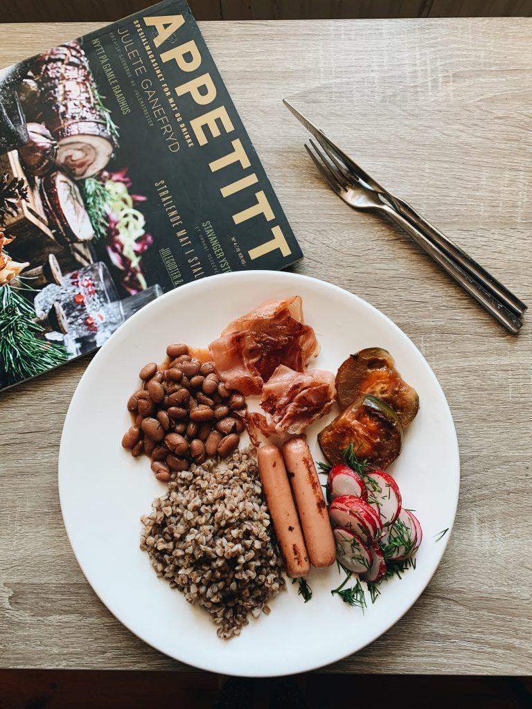 Grikiai – angliški pusryčiai – su keptu kiaušiniu, kumpiu, pupelėmis, dešrelėmis