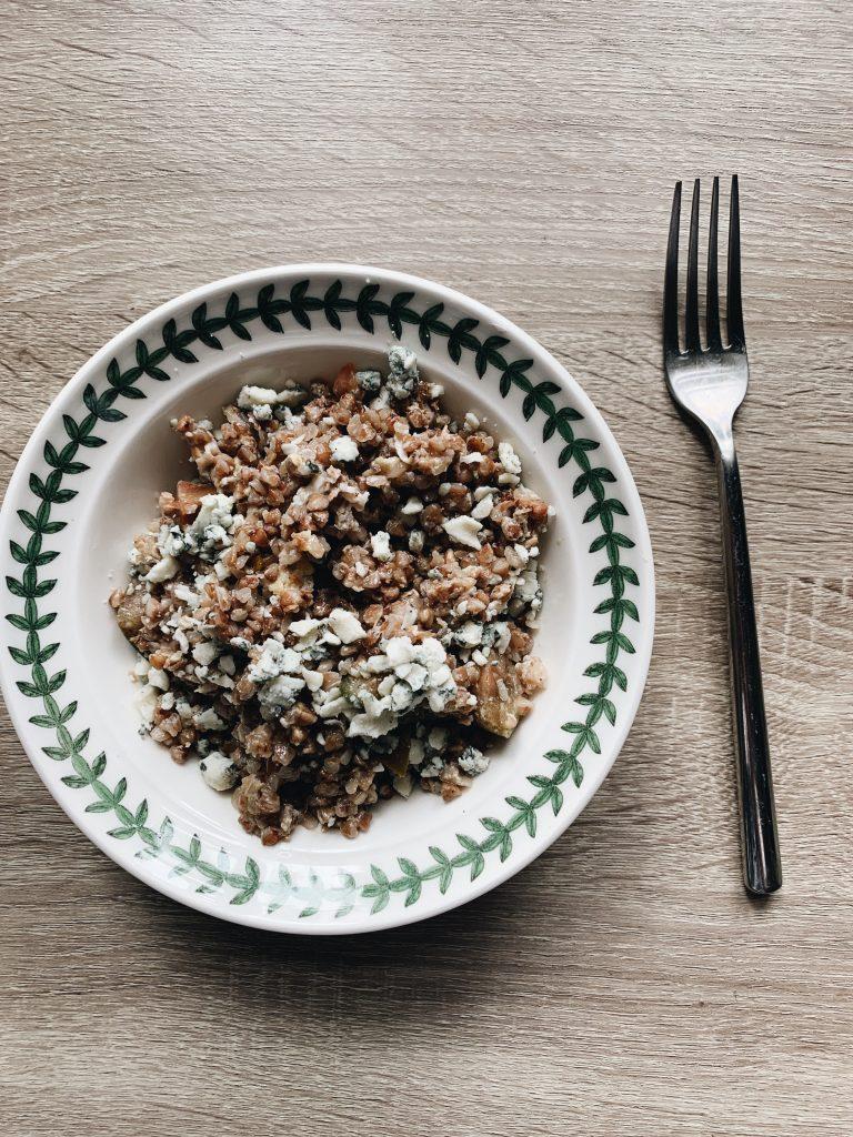 Grikiai pakepti keptuvėje su Ghi sviestu, sezamų aliejumi, užkepti įmuštu ant jų kiaušiniu, pomidoriukais (arba traškiomis morkytėmis) ir sūriu su mėlynuoju pelėsiu