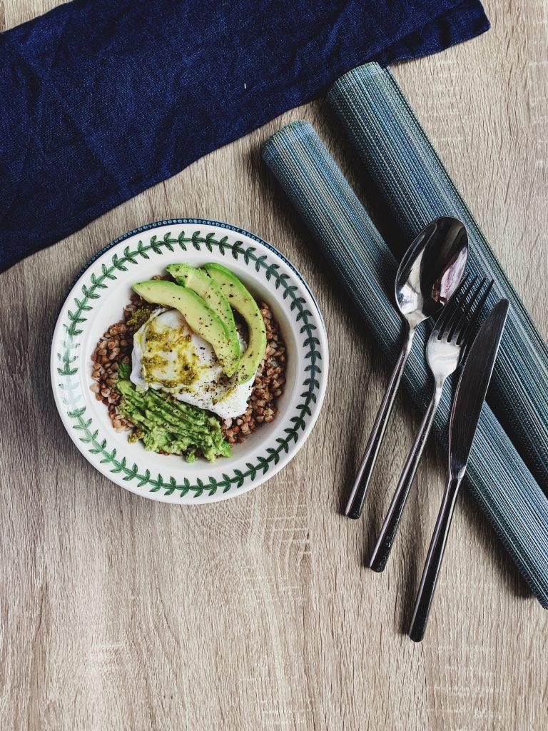 Su virtu be lukšto kiaušiniu, avokado skiltelėmis ir trintu avokadu (su citrina, druska, pipirais) bei truputėliu pesto + druska, pipirai